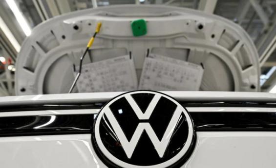 CEO de Volkswagen advierte que cambio a vehículos eléctricos podría costar 30.000 empleos: fuentes