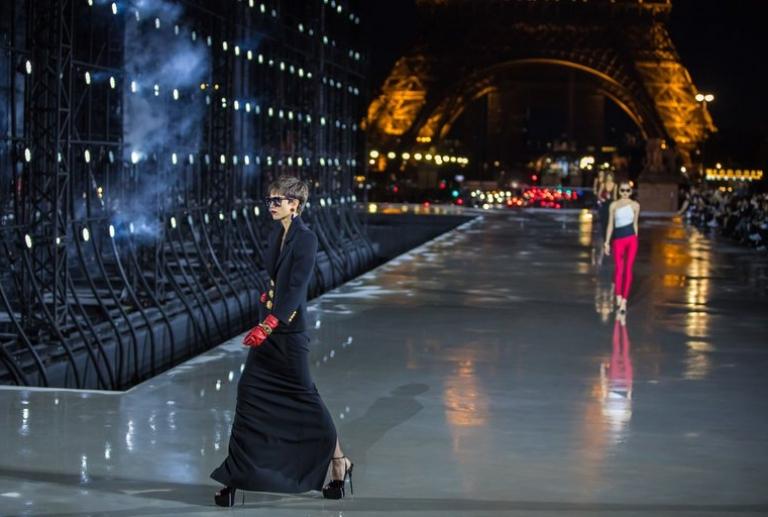 Saint Laurent, sexy y ochentero, vuelve a desfilar en París