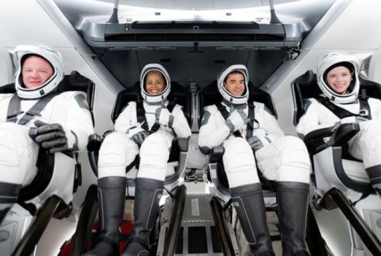 SpaceX: El exitoso primer vuelo tripulado solo con turistas a bordo
