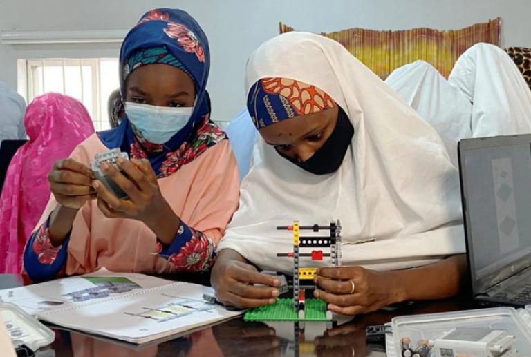 """Adolescentes del norte de Nigeria """"abren su mente"""" con la robótica"""